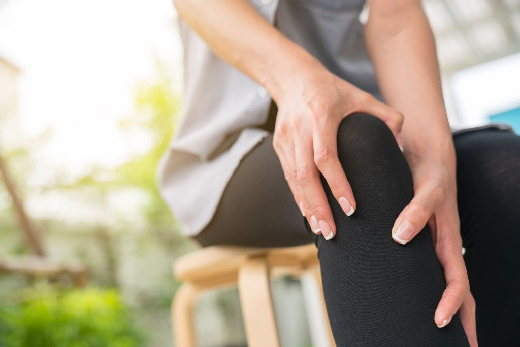 Woman with knee arthritis