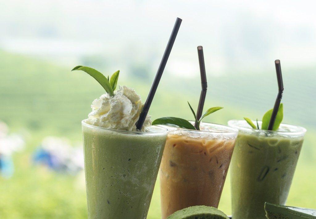 Ice green tea with fresh green tea and tea cake